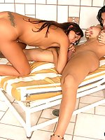 Sweltering shemale spreading babe�s pussy with her rocky pole on the couch