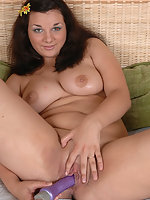 Luscious overweight lass dildoes her smooth pink